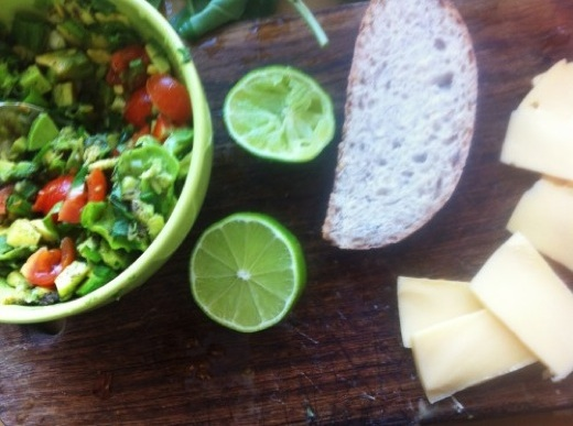 Горячий сэндвич с гуакамоле и сыром