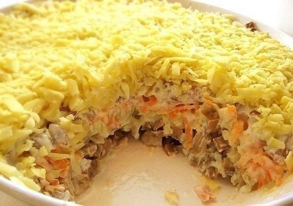 Салат слоеный с мясом и грибами
